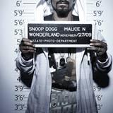 Ganz lässig und cool mit Sonnenbrille lässt sich Snoop Dogg von Mayk Azzato fotografieren.