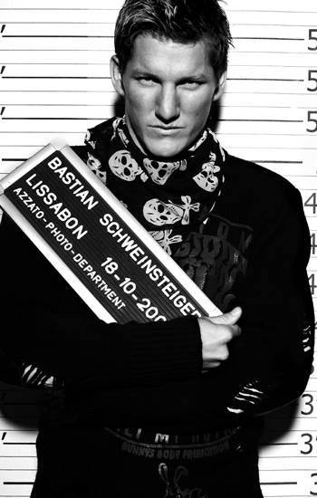 Ein Fußballstar mal anders: Bastian Schweinsteiger verwegen mit Totenkopfhalstuch und düsterem Blick.
