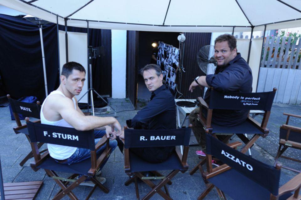 Die Herren warten auf ihren Einsatz: Felix Sturm und Ralf Bauer neben Mayk Azzuto.