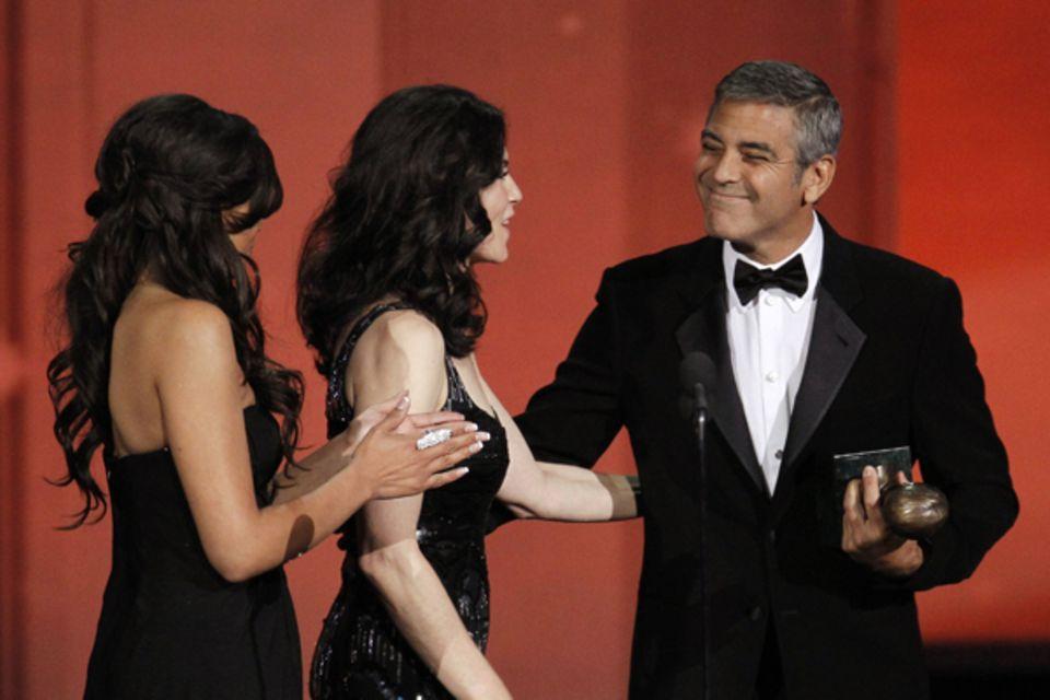 Julianna Margulies darf George Clooney den Bob Hope Humanitarian Award überreichen.