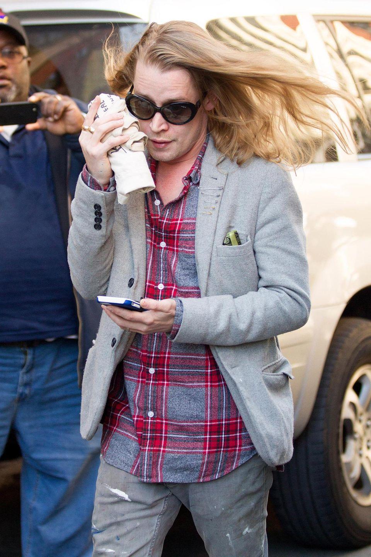 Macaulay Culkin ist in New York unterwegs und versucht sich vor den Paparazzi zu verstecken.