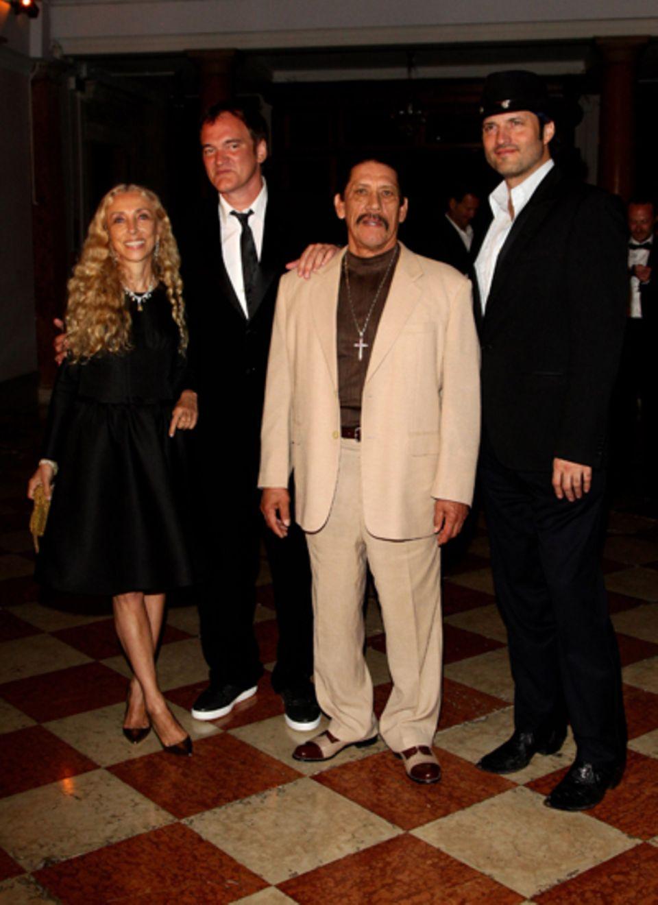 """Das """"Uomo Vogue Hosts Dinner For Quentin Tarantino""""-Event: Das Regiegenie selbst stellt sich für ein Gruppenfoto mit der italien"""