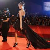 """Während der """"Machete""""-Premiere wird jeder Schritt von Jessica Alba festgehalten."""