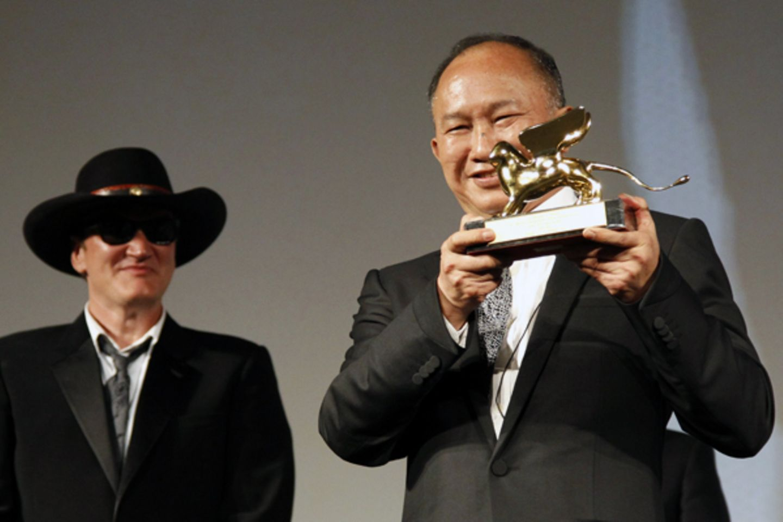 Kultregisseur John Woo erhält den Goldenen Löwen für sein Lebenswerk, Kollege Quentin Tarantino gratuliert.
