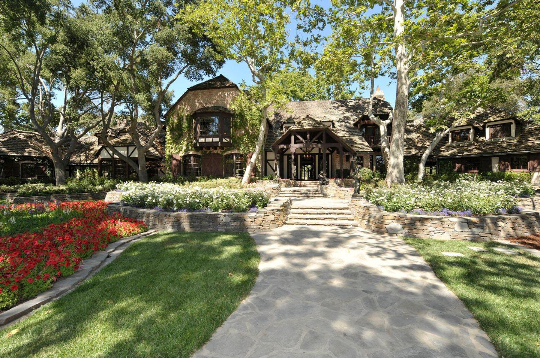 Michael Jacksons Neverland Ranch steht zum Verkauf. 100 Millionen Dollar (91.2 Millionen Euro) soll der künftige Besitzer des ehemaligen persönlichen Freizeitparks und Zoos des King Of Pop hinblättern. Das Bild zeigt das Haupthaus des Anwesens mit sechs Schlafzimmern.
