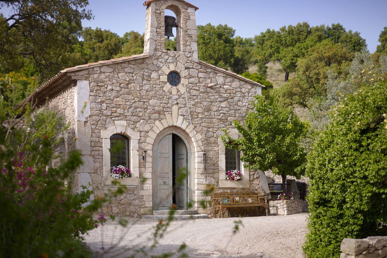 Johnny Depp   Das Anwesen, ein ganzes Dorf in Frankreich, beinhaltet auch eine Kapelle. Das gesamte Dorf gibt es ab ca. 25 Milllionen Euro zu kaufen.