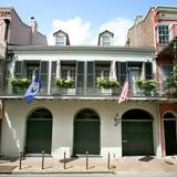 Angelina Jolie und Brad Pitt  Brangelina verkaufen ihr historisches Herrenhaus im französischen Viertel von New Orleans. Das Paar erwarb das Haus 2007 für 3,7 Millionen US-Dollar und versucht nun es für 6,5 Millionen wieder zu verkaufen. Das Gebäude ist Baujahr 1830 und besitzt ...