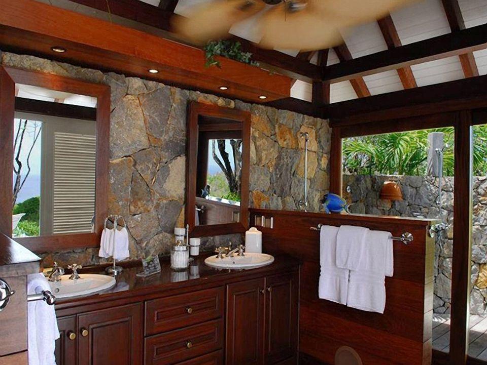 Steve Martin  Vier Bäder bieten genug Platz, um sich zu erfrischen. Auch draußen gibt es Duschen.