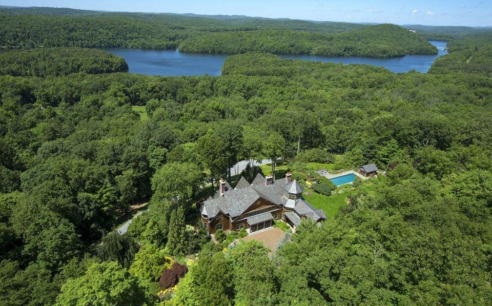 """Bruce Willis und Emma Heming  Der Schauspieler und seine Ehefrau liebes es Grün. Sie leben umgeben von Wald in den """"Hudson Highlands"""" bei Bedford."""