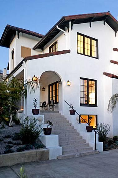 """Michael C. Hall  Der """"Dexter""""-Darsteller hat diese spanische Villa für umgerechnet ca. 2,95 Millionen Euro gekauft. Das Anwesen liegt in Loz Feliz, Los Angeles."""