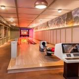Lady Gaga  Im Keller des Haupthauses befindet sich eine Bowling-Bahn. Außerdem gibt es einen umfangreichen Weinkeller, ein Theater, eine Bar und einen Notraum.
