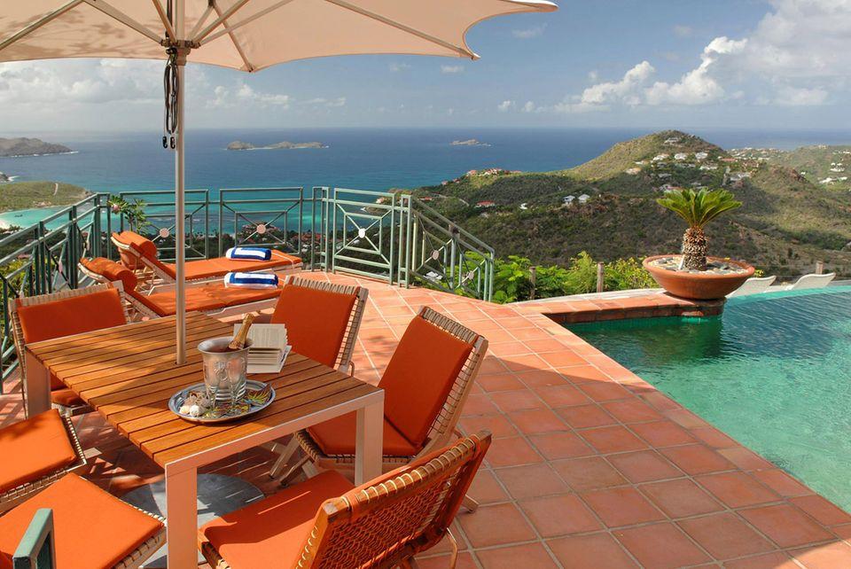 Steve Martin  Die Villa des Schauspielers liegt auf den French West Indies in der Karibik und ist knapp 8,7 Millionen Euro wert. Das Grundstück liegt auf einem Berg und umfasst mehrere Sonnenterassen.