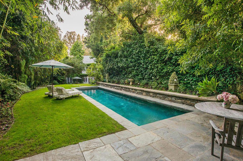 Jennifer Lawrence  Im Garten grenzt an die Terrasse ein großer Pool. In direkter Nachbarschaft wohnen Penelopé Cruz und Javier Bardem, Nicole Kidmans Familie und Mila Kunis und Ashton Kutcher.