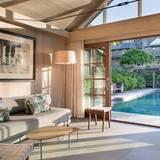 Bruce Willis und Emma Heming  Vom Gästehaus aus hat man einen hervorragenden Blick auf den Pool und das Anwesen.