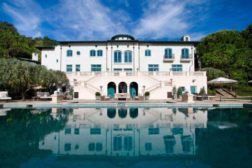 Robin Williams  Schon vor seinem Tod im August 2014 wollte Robin Williams sein Weingut im Napa Valley verkaufen. Durch sein Verscheiden sinkt nun der Wert des Anwesens. Der Schauspieler ließ das Haus mit Nebengebäuden erst 2003 bauen.
