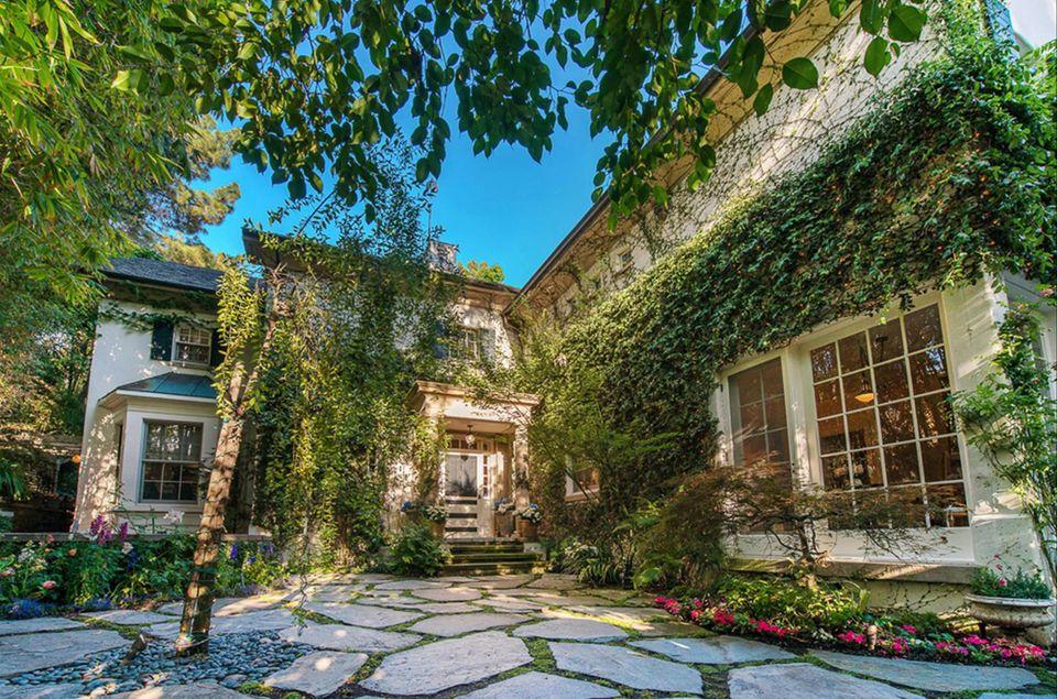 Jennifer Lawrence  Jennifer Lawrence kauft sich ihr erstes Haus. Für etwa 8,2 US-Dollar übernimmt sie die Villa von Jessica Simpson. Auch Paul Hogan und Ellen DeGeneres waren schon Eigentümer der Immobilie.