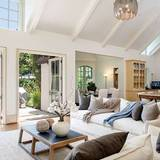 Madonna  Das Wohnzimmer der Sängerin ist gemütlich eingerichtet und hat einen schönen Ausblick in den Garten.
