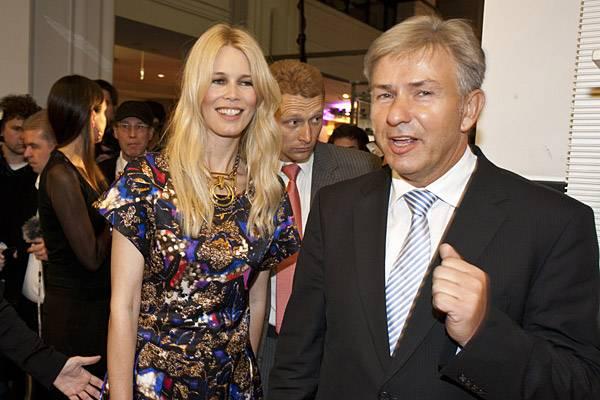 Zusammen mit Berlins Bürgermeister Klaus Wowereit macht Claudia Schiffer einen Bummel durchs KaDeWe.