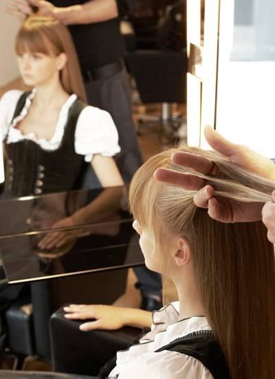 1. Damit das Haar glänzt und sich nicht verheddert beim flechten, waschen Sie die Haare und föhnen es mit einer Rundbürste. Nun