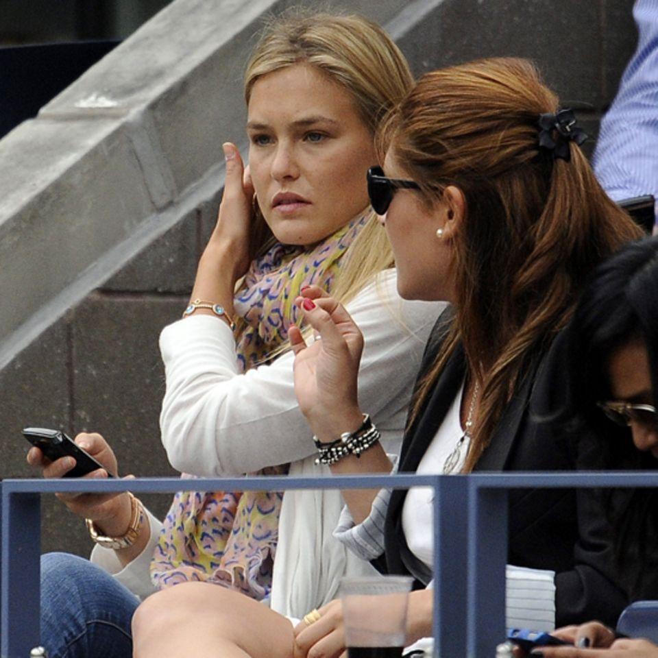 Bar Refaeli sieht sich das spannende Finale zwischen Novak Djokovic und Rafael Nadal an. Nach 3:42 Stunden gewinnt Nadal das Tur