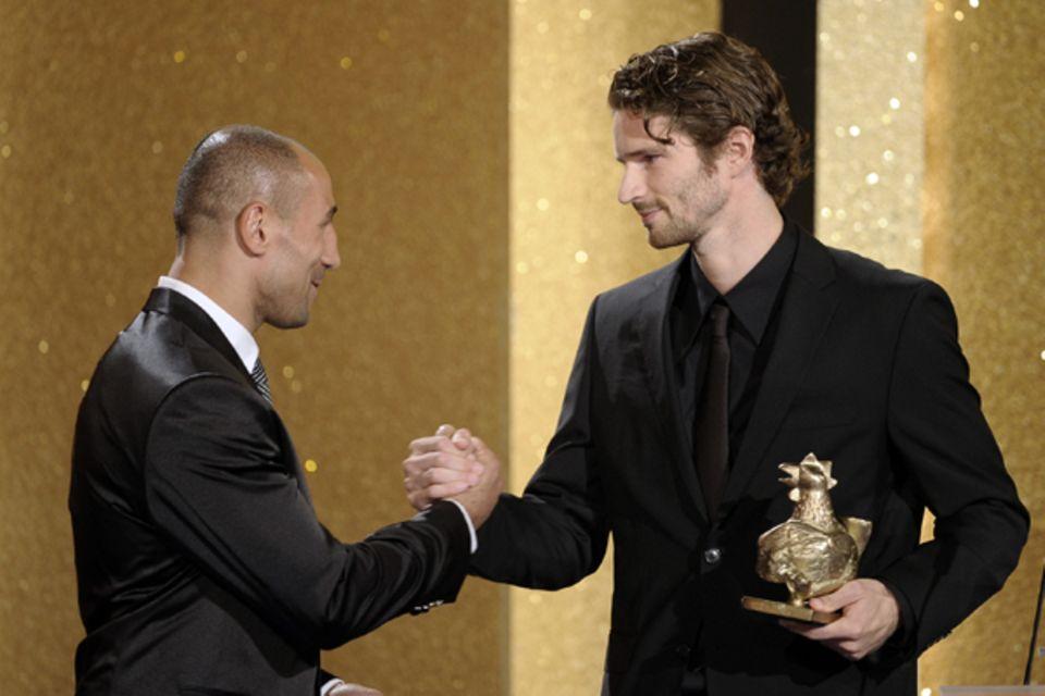 Einer für alle: Arne Friedrich nimmt stellvertretend für die deutsche Nationalmannschaft die Goldenen Henne in der Kategorie Spo