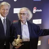 Berlin Bürgermeister und Laudator Klaus Wowereit freut sich mit dem Künstler Christo über seine Lebenswerk-Henne.