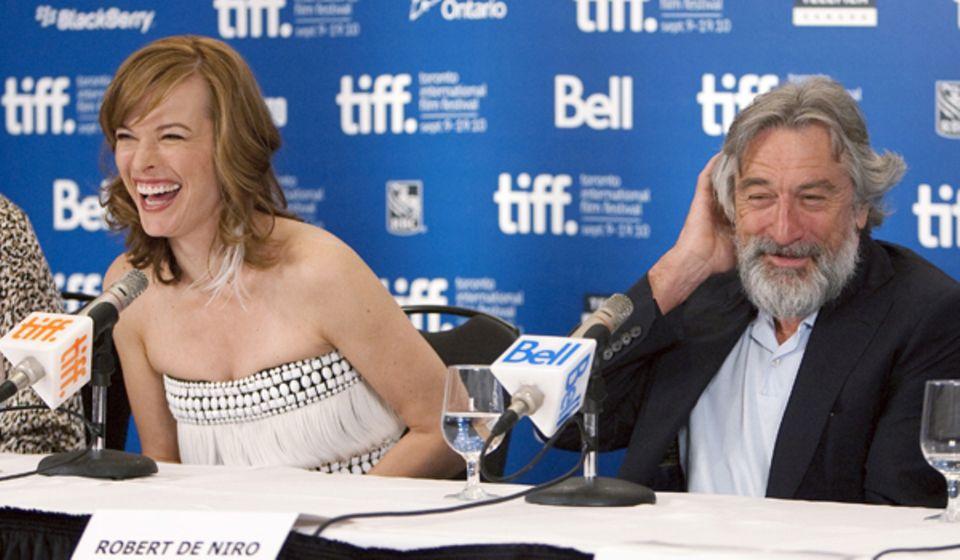 """Milla Jovovich und ein mittlerweile sehr bärtiger Robert De Niro können bei der """"Stone""""-Pressekonferenz zeitweise nicht wirklich"""