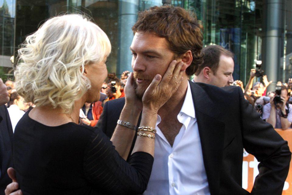 """Helen Mirren zeigt bei der """"The Dept""""-Premiere Muttergefühle für Kollege Sam Worthington."""