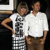 Vogue-Chefredakteurin Anna Wintour posiert für ein Foto mit dem Sohn von Ralph Lauren im Ralph Lauren Store.