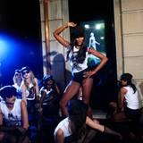 Naomi Campbell tanzt in der Dolce & Gabbana Boutique auf den Tischen.