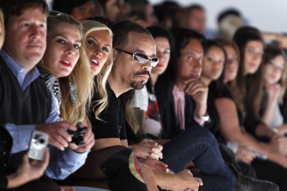 Richie Rich Frühjahr / Sommer 2011. Ice-T schaut sich die Modenschau aus der ersten Reihe an