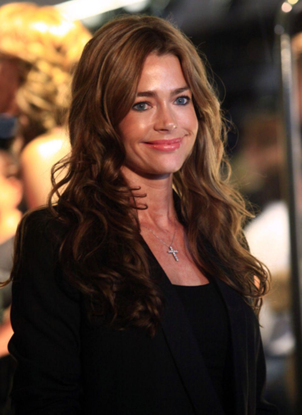 Denise Richards besucht ebenso die Dolce & Gabbana Boutique.