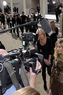 Der Medienauflauf im Vorfeld der Burberry-Prorsum-Show ist immens. Kein Wunder bei einem Stargast wie Sarah Jessica Parker.