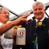 O'zapft is! Münchens Oberbürgermeister Christian Ude eröffnet das Oktoberfest 2011. Die erste Maß trinkt er zusammen mit Bayerns