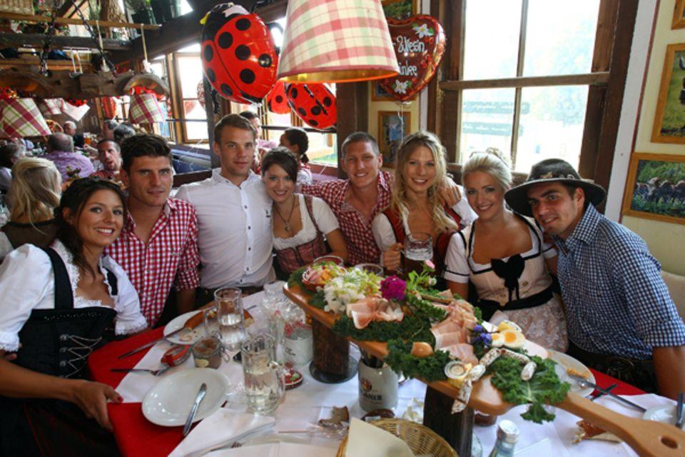 Traditioneller Wiesn-Besuch des FC Bayern München: Mario Gomez, Manuel Neuer, Bastian Schweinsteiger und Philipp Lahm lassen sic