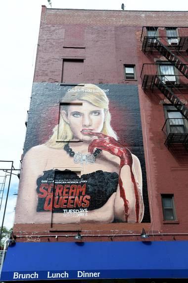 """20. September 2015: Diese Werbung für die neue US-amerikanische Horror-Komödie-Fernsehserie fällt auf: Emma Roberts ist als """"Scream Queen"""" an einer Häuserwand in Manhattan zu sehen."""