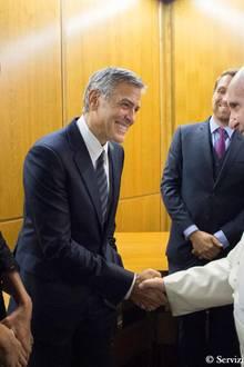 """29. Mai 2016: Amal und George Clooney treffen im Vatikan während eines Meetings der """"Scholas Occurrentes"""" auf Papst Franziskus."""
