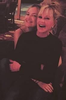 22. Dezember 2015: Für ein besonderes Urlaubsfoto aus Aspen haben Dakota Johnson und Kate Hudson kurzerhand ihre Mütter getauscht. Goldie Hawn und Melanie Griffith machen den Spaß gerne mit.