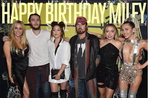 23. November 2015: Billy Ray Cyrus gratuliert seiner Tochter Miley mit diesem Familienbild zu ihrem 23. Geburtstag.