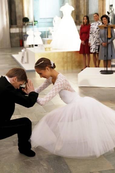 17. Oktober 2016:   Zur Eröffnung der Ausstellung der royalen Brautkleider in Schweden stiehlt dieses Paar Königin Silvia, Kronprinzessin Victoria und Prinzessin Sofia die Show.