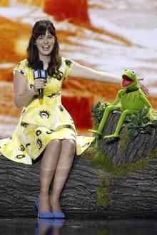 """7. April 2016: Zooey Deschanel und Kermit, der Frosch, verstehen sich auf der Bühne beim """"WE Day California"""" in Inglewood bestens."""