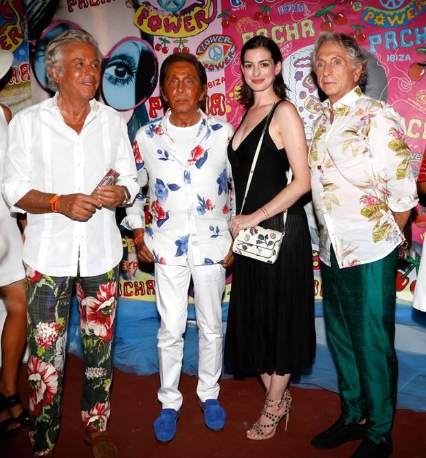 11. August 2015: Ein komisches Paar: Neben Modedesigner Valentino sieht Anne Hathaway richtig blass aus um die Nase.