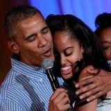 4. Juli 2016: Barack Obama singt seiner Tochter Malia zum 18. Geburtstag ein Ständchen. Die ist davon sichtlich gerührt. Im Weißen Haus wird heute also nicht nur der Unabhängigkeitstag gefeiert.