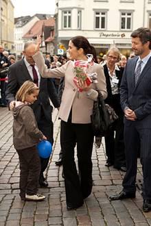 Bei ihrem Besuch auf dem Markt in Schwerin werden Prinz Frederik und Prinzessin Mary von einer Menschenmenge inklusive Polizei b