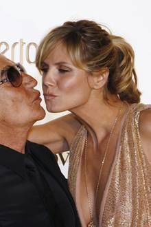 Der Modeschöpfer und das Model: Heidi Klum lässt es sich nicht nehmen, Roberto Cavalli ein Küsschen zu geben.