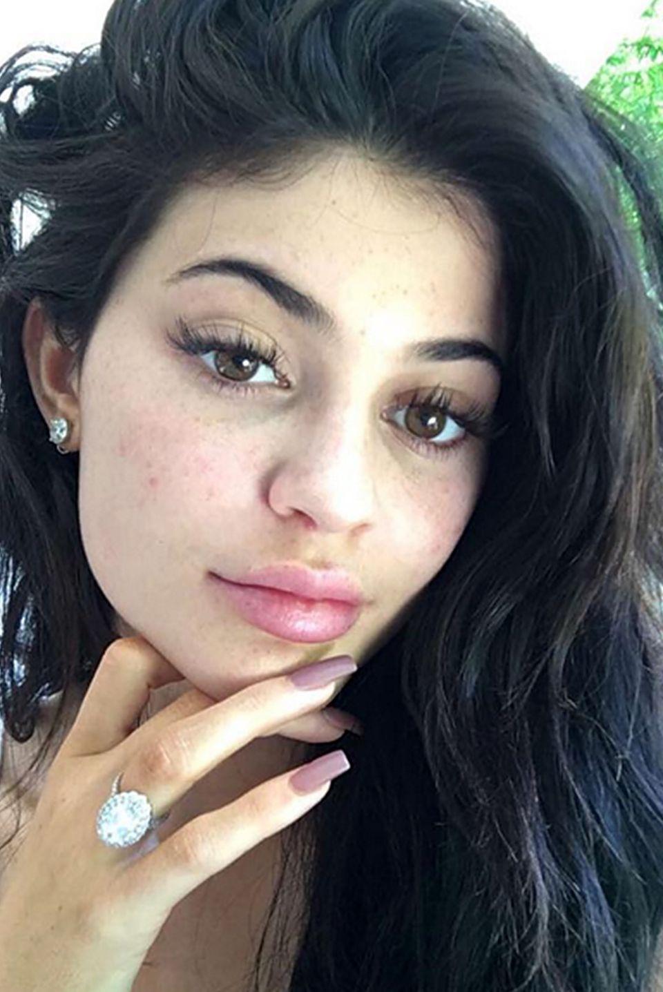 Ist das etwa ein Verlobungsring? Kylie Jenner heizt die Gerüchte um eine mögliche Verlobung mit ihrem Freund Tyga immer wieder an, in dem sie diesen Glitzer-Klunker immer wieder offensiv auf Snapchat oder Instagram präsentiert. Wir dürfen gespannt sein!