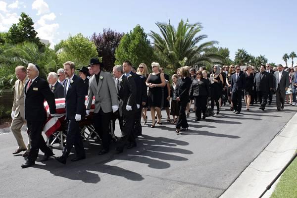 """Die Trauergemeinde um die verstorbene Hollywoodlegende Tony Curtis ist auf ihrem Weg zum """"Palm Mortuary and Cemetery"""" in Henders"""