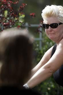 Jill Vandenberg hält kurz inne am Sarg ihres Mannes, um Abschied zu nehmen.
