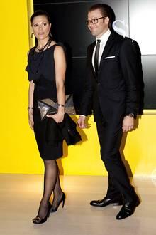 Stilvoll gekleidet kommen Prinzessin Victoria und Prinz Daniel zum Dinner im schwedischen Pavillon.