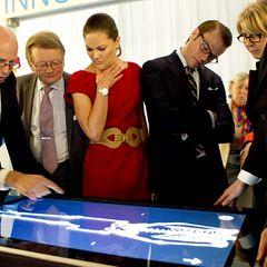 Gespannt verfolgen Victoria und Daniel was ihnen auf einem Touchscreen gezeigt wird.